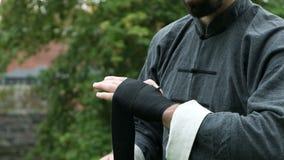 Équipez envelopper le bandage sur des mains avant plan rapproché de combat clips vidéos