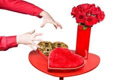 Équipez environ pour saisir des chocolats de valentines Images libres de droits