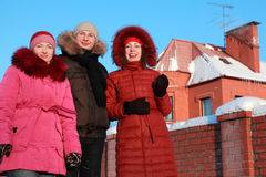 Équipez et deux femmes restant en fonction à l'extérieur en hiver Photographie stock