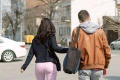 Équipez et la fille marchant sur la rue Photos stock