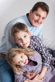 Équipez et ses deux enfants, garçons et filles Photos libres de droits