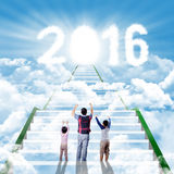 Équipez et ses enfants sur les escaliers avec les numéros 2016 Photos stock
