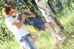 Équipez et une femme enceinte à la nature d'été Images libres de droits