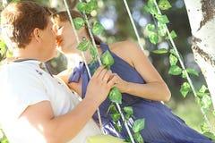 Équipez et une femme enceinte à la nature d'été Photo libre de droits