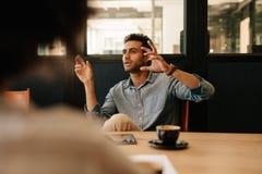 Équipez expliquer la stratégie commerciale aux collègues dans le roo de conférence Image stock