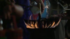 Équipez faire cuire le plat de nouille dans le wok sur le feu ouvert, Thaïlande banque de vidéos
