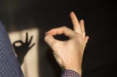 Équipez faire des gestes CORRECT se connectent le mur l'ombre d'une main photographie stock libre de droits