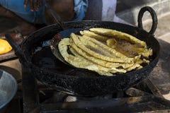 Équipez faire frire l'Indien Namkeen - casse-croûte de Ganthiya/Gathiya de temps de thé sur le bord de la route dans l'Inde de Na Photo stock