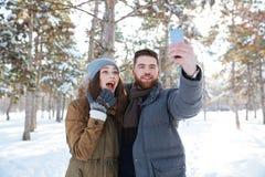 Équipez faire la photo de selfie avec son amie dehors Image libre de droits