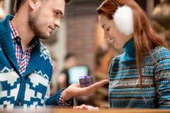 Équipez faire la proposition à l'amie dans le café Photographie stock