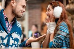 Équipez faire la proposition à l'amie dans le café Image stock