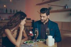équipez faire la proposition à l'amie pendant le dîner romantique Photo libre de droits