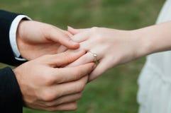Équipez faire la proposition avec l'anneau à son amie Mettez l'anneau dessus Image libre de droits