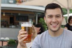 Équipez faire une pause avec de la bière régénératrice froide Photographie stock libre de droits