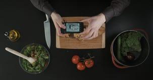 Équipez faire une photo du pain coupé sur le conseil en bois Vue supérieure banque de vidéos