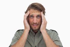 Équipez grimacer avec douleur de mal de tête et la recherche Images stock