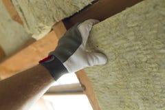 Équipez installer la couche thermique d'isolation de toit - utilisant le minerai courtisez photo stock