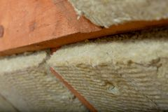 Équipez installer la couche thermique d'isolation de toit - utilisant le minerai courtisez images stock