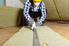 Équipez installer la couche thermique d'isolation de toit - utilisant le minerai courtisez image libre de droits