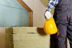 Équipez installer la couche thermique d'isolation de toit - utilisant le minerai courtisez photo libre de droits