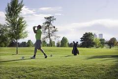 Équipez jouer au golf au stationnement de ville, Denver, le Colorado Image stock