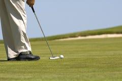 Équipez jouer au golf sur un terrain de golf vert frais Photos stock