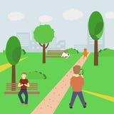 Équipez jouer un jeu augmenté de réalité utilisant les informations sur l'emplacement en parc et tenir le smartphone dans des ses illustration libre de droits