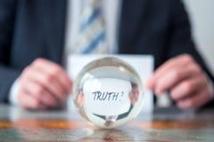 Équipez juger de papier avec la vérité de mot devant la boule en verre Photo libre de droits