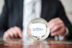 Équipez juger de papier avec le mot Bitcoin devant la boule en verre Photographie stock libre de droits