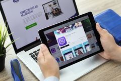 Équipez juger l'iPad pro avec le service vocal Viber de transmission de messages de client Image stock