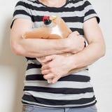 Équipez juger le sachet en plastique avec le robinet plein du jus de pomme Image libre de droits