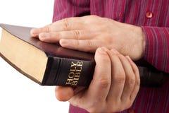 Homme tenant une bible Images stock