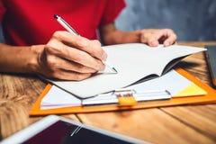 Équipez l'écriture de main, homme d'affaires travaillant dur sérieusement le travail à h image libre de droits
