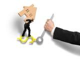 Équipez l'équilibre en bois de transport de maison sur des mains d'horloge de signe d'argent Photo stock