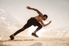 Équipez l'accélération dedans à sprinter sur des dunes de sable photos stock