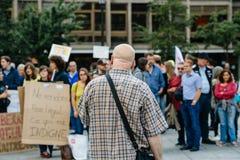 Équipez l'adressage à la foule à la protestation contre le macron Photographie stock libre de droits