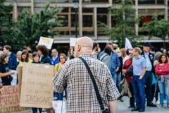 Équipez l'adressage à la foule à la protestation contre le macron Images stock