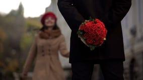 Équipez l'amie de attente, tenant des fleurs, la première date, commencer des relations Images libres de droits