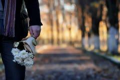 Équipez l'attente sur un banc la date en parc d'automne Image stock