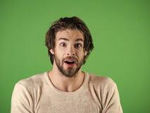 Équipez l'eau d'éclaboussure au visage sur le fond vert photographie stock