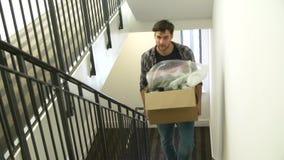 Équipez l'entrée dans la nouvelle boîte de transport à la maison en haut clips vidéos