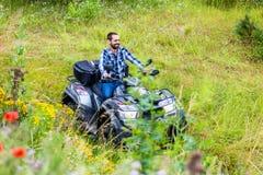 Équipez l'entraînement tous terrains avec le vélo de quadruple ou l'ATV Photographie stock