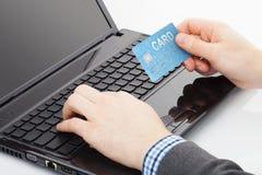Équipez l'essai d'employer sa carte de crédit pour payer quelque chose en ligne Photographie stock
