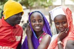 Équipez l'essai de flirter avec deux filles africaines Images libres de droits