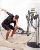 Équipez l'exercice tronc-se pliant avec la torsion, sur l'électro sti musculaire Photo libre de droits