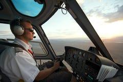 Équipez l'hélicoptère de pilotes au canyon grand au coucher du soleil, vers Las Vegas, les Etats-Unis Photos stock