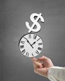 Équipez l'index d'utilisation à l'horloge et à l'argent empilés par balacne dans le concr Images libres de droits