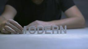 Équipez l'inscription de composition en mains moderne par les lettres blanches sur le fond gris