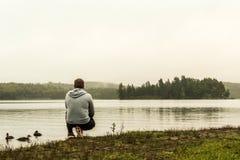 Équipez l'observation au lac du Canada de observation d'Ontario de deux de rivières d'algonquin canards de parc national sur une  Photos libres de droits