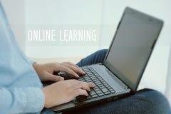 Équipez l'ordinateur portable de dactylographie de main et le mot de étude en ligne, apprentissage en ligne concentré Photographie stock